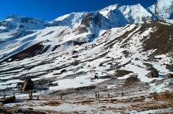 Οι άνθρωποι σε Annapurna βασίζουν το στρατόπεδο Τοπίο βουνών στο Ιμαλάια Στοκ Φωτογραφίες