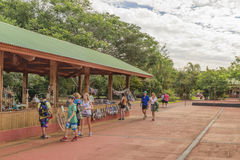 Οι άνθρωποι σε Iguazu σταθμεύουν την είσοδο Στοκ Εικόνες