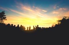 Οι άνθρωποι σκιαγραφιών βλέπουν το ηλιοβασίλεμα το πρωί Στοκ Εικόνες