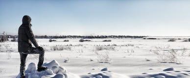 Οι άνθρωποι σκιαγραφιών στέκονται στο χειμερινό τομέα στην ηλιόλουστη ημέρα Στοκ φωτογραφία με δικαίωμα ελεύθερης χρήσης