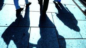 Οι άνθρωποι σκιαγραφούν την άποψη περπατώντας πεζοί σκιά φιλμ μικρού μήκους
