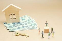 Οι άνθρωποι στέκονται κοντά σε ένα ξύλινο σπίτι κτήμα έννοιας πραγματικό αγορά και πώληση ενός διαμερίσματος σπίτι δαπανών σύμβασ Στοκ φωτογραφίες με δικαίωμα ελεύθερης χρήσης