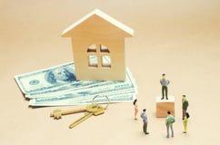Οι άνθρωποι στέκονται κοντά σε ένα ξύλινο σπίτι κτήμα έννοιας πραγματικό αγορά και πώληση ενός διαμερίσματος σπίτι δαπανών σύμβασ Στοκ εικόνα με δικαίωμα ελεύθερης χρήσης