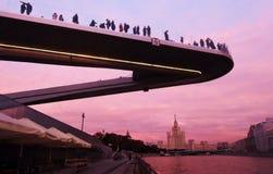 Οι άνθρωποι στέκονται σε μια γέφυρα γυαλιού στο πάρκο Zaryadye στη Μόσχα Δημοφιλές ορόσημο Στοκ φωτογραφία με δικαίωμα ελεύθερης χρήσης