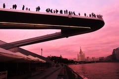 Οι άνθρωποι στέκονται σε μια γέφυρα γυαλιού στο πάρκο Zaryadye στη Μόσχα Δημοφιλές ορόσημο Στοκ Φωτογραφία