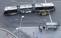 Οι άνθρωποι στέκονται σε μια στάση λεωφορείου στη Βαρκελώνη Στοκ εικόνα με δικαίωμα ελεύθερης χρήσης