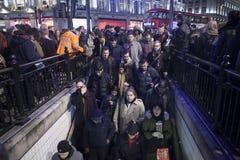 Οι άνθρωποι στέκονται στη γραμμή να εισαγάγουν το μετρό οδών της Οξφόρδης κατά τη διάρκεια της ώρας κυκλοφοριακής αιχμής μετά από Στοκ Φωτογραφία