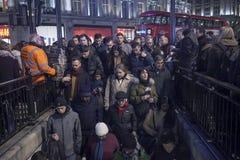 Οι άνθρωποι στέκονται στη γραμμή να εισαγάγουν το μετρό οδών της Οξφόρδης κατά τη διάρκεια της ώρας κυκλοφοριακής αιχμής μετά από Στοκ Εικόνες