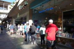 Οι άνθρωποι στέκονται στη γραμμή να πάρουν το εσωτερικό κατάστημα του Microsoft Windows για το β Στοκ Εικόνες