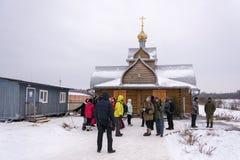 Οι άνθρωποι στέκονται στη θέση λουσίματος στο Epiphany του Λόρδου 01 Στοκ Φωτογραφία