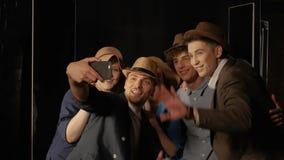 Οι άνθρωποι στα καπέλα κάνουν μια τηλεοπτική κλήση απόθεμα βίντεο