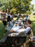 Οι άνθρωποι στα μεσαιωνικά κοστούμια στο πικ-νίκ παρουσιάζουν Στοκ Φωτογραφίες