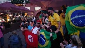 Οι άνθρωποι στην εθνική ομάδα ποδοσφαίρου φορούν Στοκ φωτογραφία με δικαίωμα ελεύθερης χρήσης