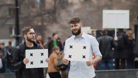 Οι άνθρωποι στην επίδειξη εξετάζουν τη κάμερα Μια απεργία στην οδό απόθεμα βίντεο