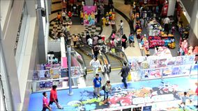 Οι άνθρωποι στην κυλιόμενη σκάλα είναι μια κινούμενη σκάλα στη λεωφόρο αγορών φιλμ μικρού μήκους