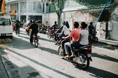 Οι άνθρωποι στην οδό οδηγούν τις μοτοσικλέτες στην πόλη του αρσενικού, η πρωτεύουσα των Μαλδίβες Στοκ Εικόνα