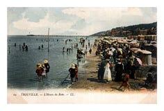 Οι άνθρωποι στην παραλία της θάλασσας πολυτέλειας προσφεύγουν Trouville, Γαλλία, circa το 1904, Στοκ Φωτογραφίες
