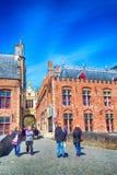Οι άνθρωποι στην πόλη στρέφονται και ζωηρόχρωμα παραδοσιακά σπίτια στη Μπρυζ, Belguim Στοκ φωτογραφία με δικαίωμα ελεύθερης χρήσης