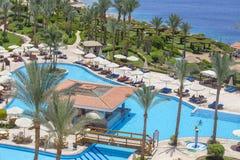 Οι άνθρωποι στηρίζονται στην πισίνα κοντά στη Ερυθρά Θάλασσα στο ξενοδοχείο, Sheikh Sharm EL, Αίγυπτος στοκ φωτογραφία
