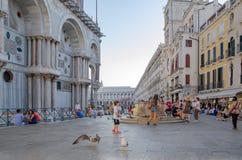Οι άνθρωποι στηρίζονται στην πλατεία SAN Marco και επισκέπτονται στη Βενετία, Ιταλία στοκ φωτογραφίες