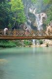 Οι άνθρωποι στη γέφυρα που κοιτάζουν και παίρνουν τη φωτογραφία με την άποψη Kuang Στοκ Φωτογραφίες