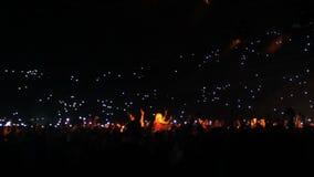 Οι άνθρωποι στη συναυλία στην αίθουσα λάμπουν με τα φω'τα απόθεμα βίντεο
