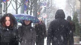 Οι άνθρωποι στη χιονοθύελλα ισχυρής χιονόπτωσης πέφτουν στο χειμώνα Ενεργός αστική ζωή απόθεμα βίντεο