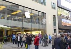Οι άνθρωποι στη Apple αποθηκεύουν στο Μόναχο Στοκ εικόνες με δικαίωμα ελεύθερης χρήσης