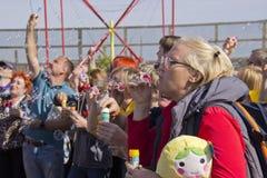 Οι άνθρωποι στις διακοπές φυσούν τις φυσαλίδες στοκ φωτογραφία με δικαίωμα ελεύθερης χρήσης