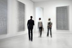 Οι άνθρωποι στο γκαλερί τέχνης στρέφονται Στοκ εικόνα με δικαίωμα ελεύθερης χρήσης