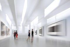 Οι άνθρωποι στο γκαλερί τέχνης στρέφονται Στοκ φωτογραφία με δικαίωμα ελεύθερης χρήσης