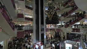 Οι άνθρωποι στο εμπόριο κεντροθετούν να κάνουν τις αγορές Χριστουγέννων απόθεμα βίντεο