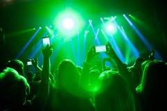 Οι άνθρωποι στο πλήθος σε μια συναυλία κάνουν τις τηλεοπτικές καταγραφές και pics στοκ φωτογραφίες