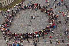 Οι άνθρωποι στο τετράγωνο σύλλεξαν σε έναν κύκλο γύρω από το μουσικό Στοκ Εικόνα