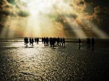 οι άνθρωποι στρώνουν με άμμ&o Στοκ εικόνες με δικαίωμα ελεύθερης χρήσης