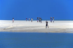οι άνθρωποι στρώνουν με άμμ&o Στοκ Εικόνες