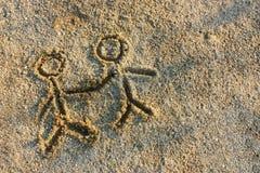 οι άνθρωποι στρώνουν με άμμ&o Στοκ Εικόνα