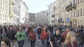 Οι άνθρωποι συσσωρεύουν στην οδό πόλεων φιλμ μικρού μήκους