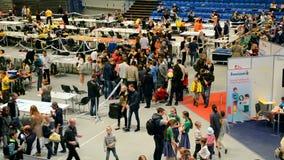 Οι άνθρωποι συσσωρεύουν στο φεστιβάλ Robotica το 2015, Κίεβο, Ουκρανία ρομπότ, φιλμ μικρού μήκους