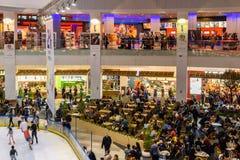 Οι άνθρωποι συσσωρεύουν την κατοχή της διασκέδασης στο εσωτερικό λεωφόρων αγορών Στοκ Φωτογραφία