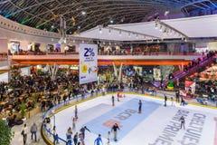 Οι άνθρωποι συσσωρεύουν την κατοχή της διασκέδασης στο εσωτερικό λεωφόρων αγορών Στοκ Εικόνα