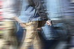 Οι άνθρωποι συσσωρεύουν το περπάτημα του πίσω θολωμένου πόδι υποβάθρου Στοκ Εικόνα