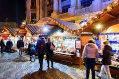 Οι άνθρωποι συλλέγουν στη στο κέντρο της πόλης πόλη του Βουκουρεστι'ου αγοράς Χριστουγέννων Στοκ Εικόνα