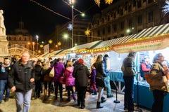 Οι άνθρωποι συλλέγουν στη στο κέντρο της πόλης πόλη του Βουκουρεστι'ου αγοράς Χριστουγέννων Στοκ Εικόνες