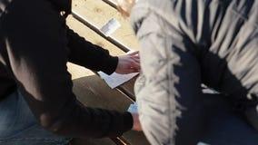 Οι άνθρωποι σχεδιάζουν τις γαμήλιες poligraphic κάρτες απόθεμα βίντεο