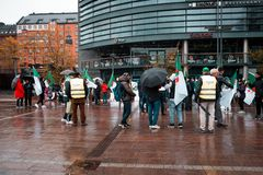 Οι άνθρωποι σύλλεξαν για να παρουσιάσουν υποστήριξη και να βελτιώσουν την πληροφόρηση να συμβούν στην Αλγερία στοκ εικόνες