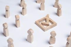 Οι άνθρωποι σύλλεξαν γύρω από το τετραγωνίδιο σε ένα άσπρο υπόβαθρο Οι άνθρωποι κάνουν μια επιλογή ομάδας Δημοκρατικές εκλογές, σ Στοκ Εικόνες