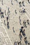 Οι άνθρωποι ταΐζουν τα περιστέρια στο τετράγωνο SAN Marco Στοκ φωτογραφίες με δικαίωμα ελεύθερης χρήσης