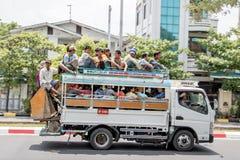 Οι άνθρωποι ταξιδεύουν στη στέγη του υπερπλήρους φορτηγού, Βιρμανία στοκ φωτογραφία με δικαίωμα ελεύθερης χρήσης
