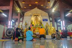 Οι άνθρωποι της Ταϊλάνδης Unacquainted έρχονται στην επίκληση ότι Budhha θέτει το άγαλμα στο ναό ατόμων NA Phra Wat στην επαρχία  στοκ εικόνες